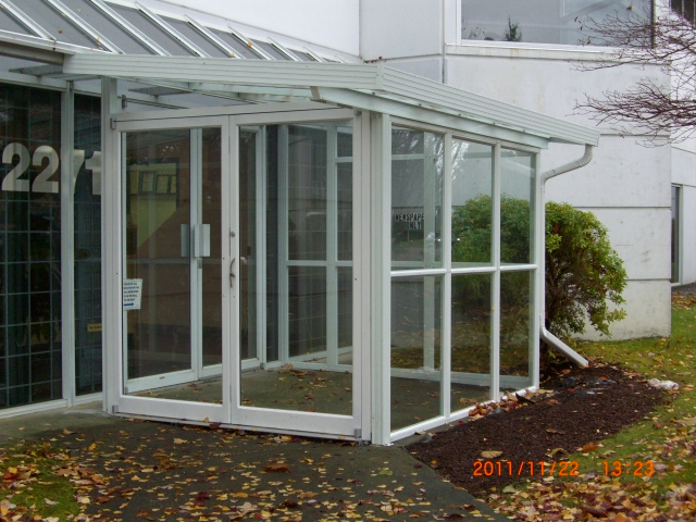 Single glass sunroom as building entry